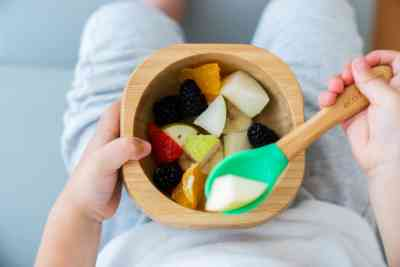 Bol y cuchara biodegradables con comida