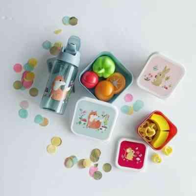 Botella y cajitas de almuerzo y diseños de la artista Nina Stainjer